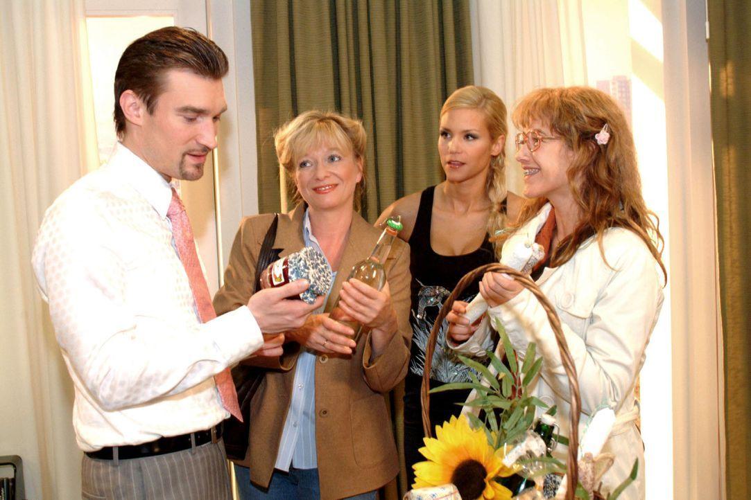 Mit selbst gemachter Konfitüre und anderen Leckereien möchten sich Lisa (Alexandra Neldel, r.) und Helga (Ulrike Mai, 2.v.l.) bei Richard (Karim Kös... - Bildquelle: Monika Schürle Sat.1