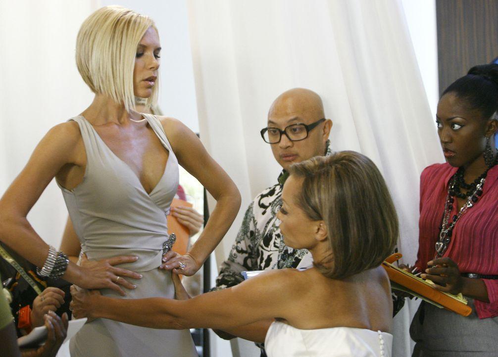 Als Wilhelmina (Vanessa Williams, vorne) sieht, dass sich alle nur für ihre Brautjungfer Victoria Beckham (l.) interessieren, entwickelt sie einen P... - Bildquelle: Buena Vista International Television