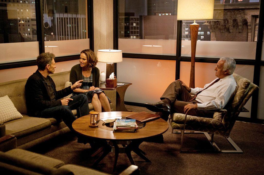 Während Pete (Tim Daly, l.) und Violet (Amy Brenneman, M.) mit Hilfe eines Therapeuten (Brian George, r.) ihre Beziehung retten wollen, erhält Ame... - Bildquelle: ABC Studios