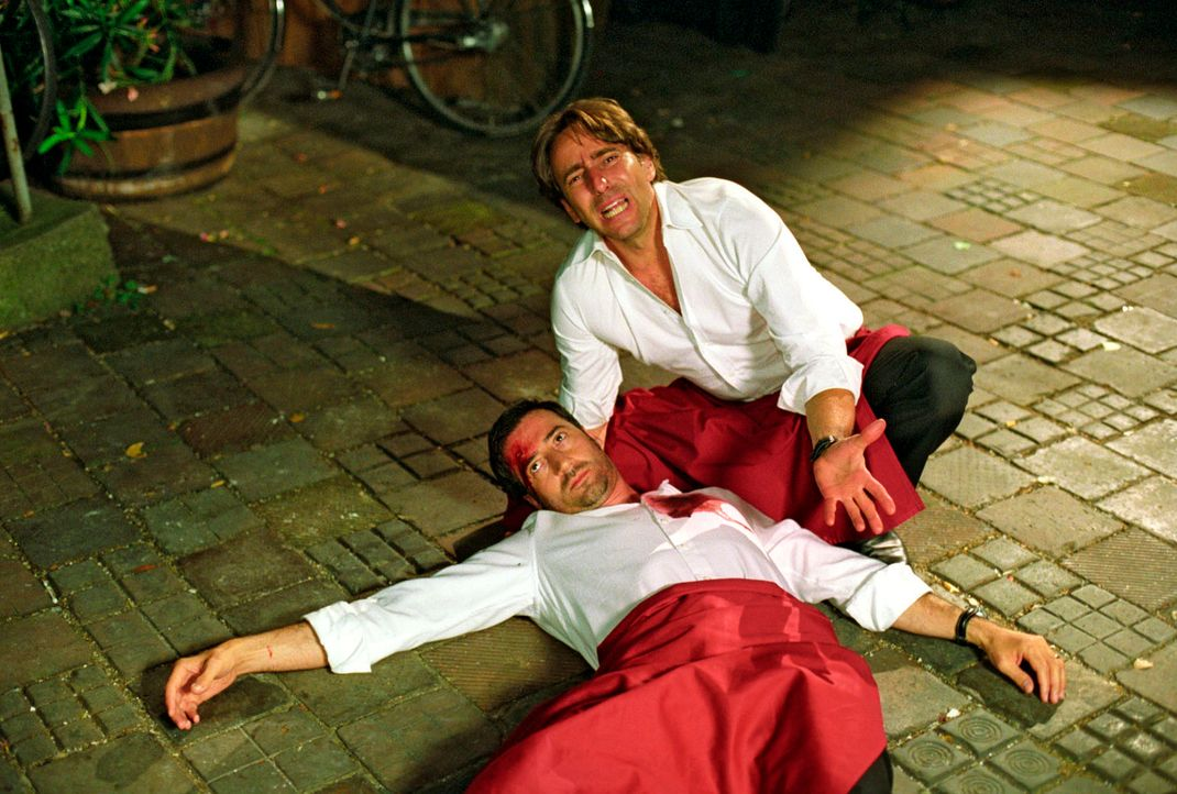 Francesco (Dieter Landuris, r.) ist entsetzt: Osteria-Besitzer Flavio (Antonio di Mauro, l.) wurde im Hinterhof seines Lokals erschossen. - Bildquelle: Christian A. Rieger Sat.1