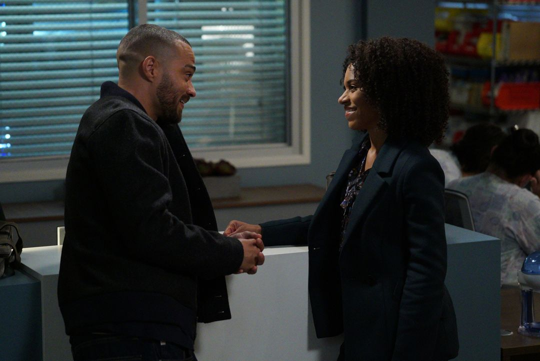 Während sich Jackson (Jesse Williams, l.) und Maggie (Kelly McCreary, r.) bei dem Versuch, ihren Patienten zu retten, näherkommen, steigen die Spann... - Bildquelle: Richard Cartwright 2017 American Broadcasting Companies, Inc. All rights reserved.
