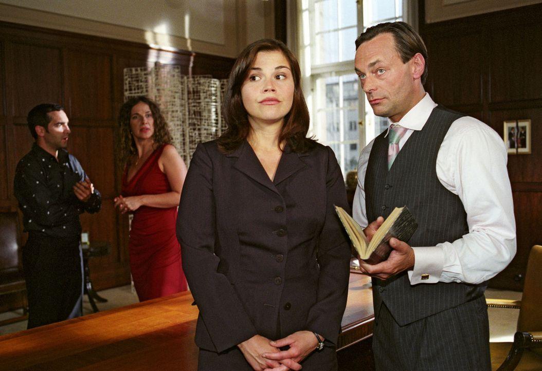 Da staunt der Chef (Peter Benedict, r.) nicht schlecht: Scheidungsanwältin Pia (Katharina Wackernagel, 2.v.r.) legt seit ihrer romantischen Hochzei... - Bildquelle: Sat.1