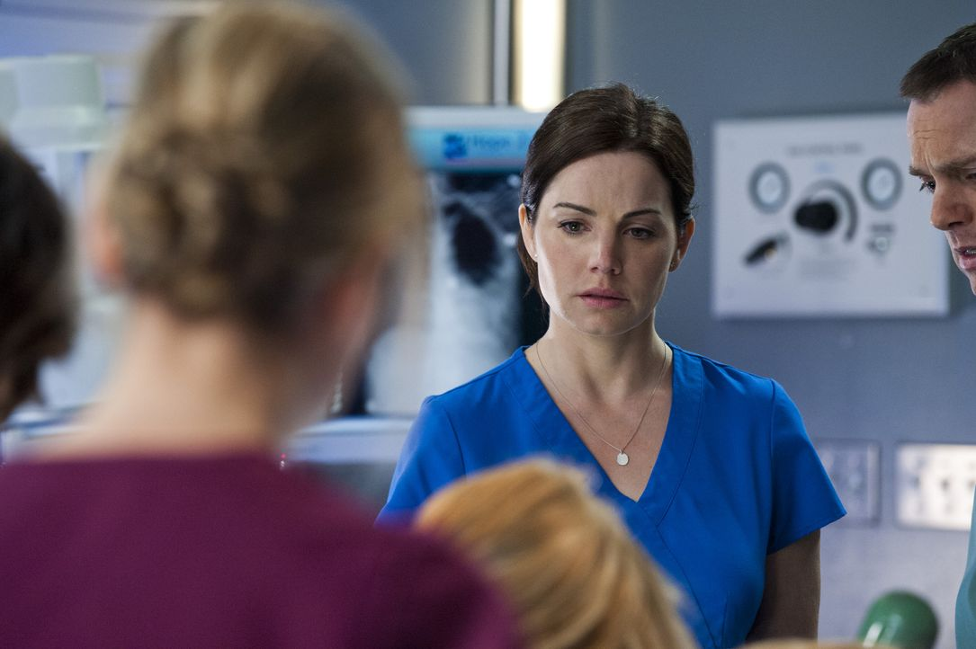Alex (Erica Durance) befindet sich in einer Art Traumwelt, ohne zu ahnen, dass sie eigentlich auf dem OP-Tisch liegt und zu sterben droht ... - Bildquelle: Caitlin Cronenberg 2014 Hope Zee Three Inc.