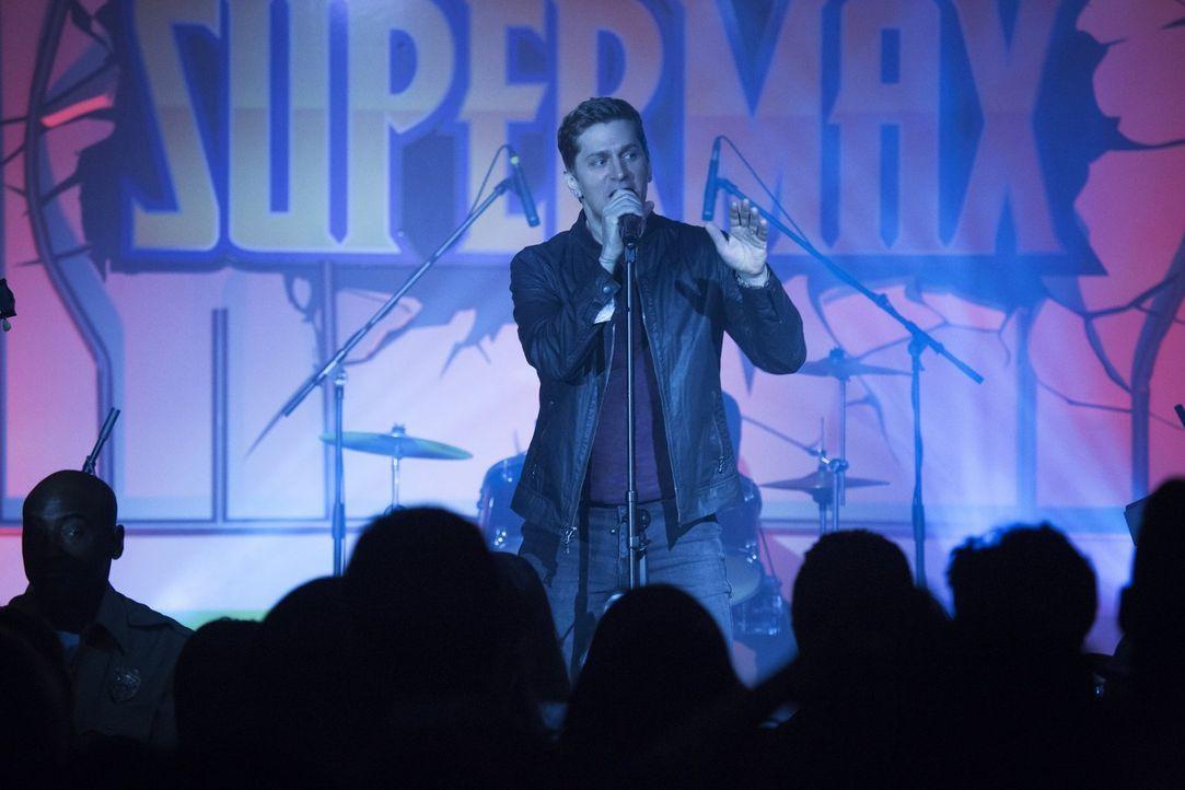 Als der Sänger Rob Thomas (Rob Thomas) bei der Feier zum neusten Energy Drink von Max Rager auftritt, ahnt er noch nicht, welch ein Chaos plötzlich... - Bildquelle: 2014 Warner Brothers