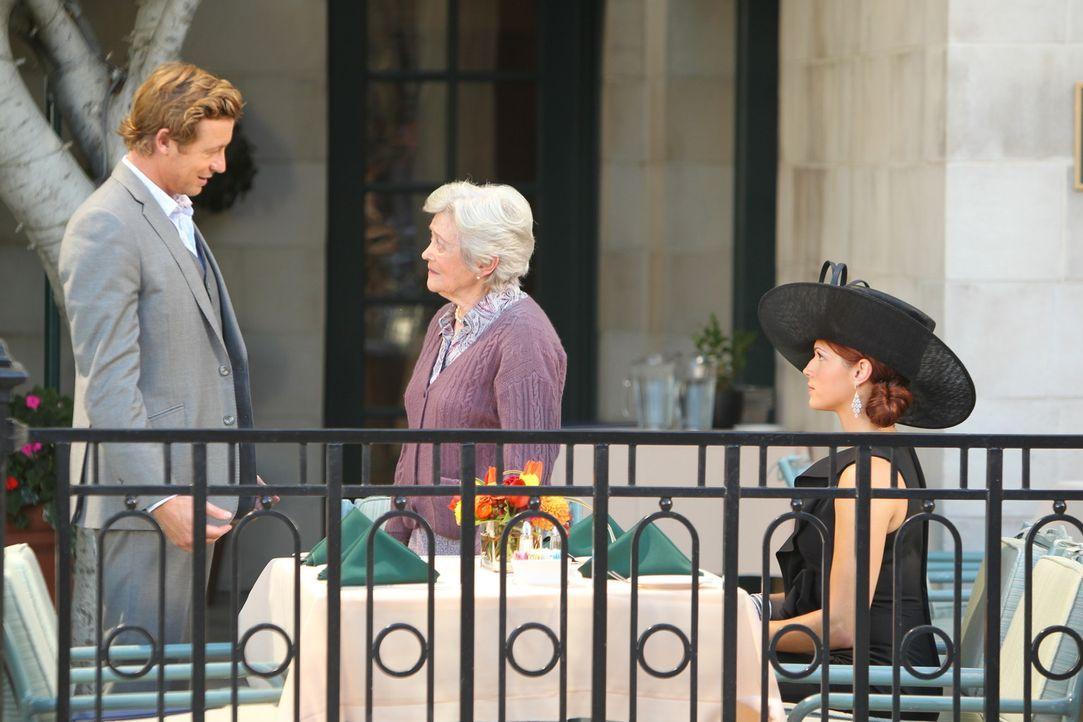 Patrick (Simon Baker, l.) und Grace (Amanda Righetti, r.) ermitteln in einem neuen Fall und stoßen dabei auf Nikki (Eve Brenner, M.). Doch kann sie... - Bildquelle: Warner Bros. Television