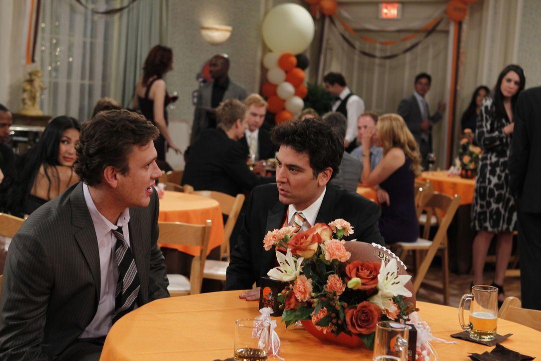 Während sich Barney für seine Hochzeit vorbereitet, schwelgen er und Ted (Josh Radnor, r.) in Erinnerungen und denken daran, wie Marshall (Jason S... - Bildquelle: 20th Century Fox International Television