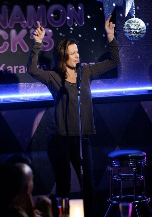 Kevin nimmt Sarah (Rachel Griffiths) mit in die Schwulen-Bar zum Karaoke-Abend. Sie lässt es sich nicht nehmen, auch ein Ständchen zu singen ... - Bildquelle: Disney - ABC International Television