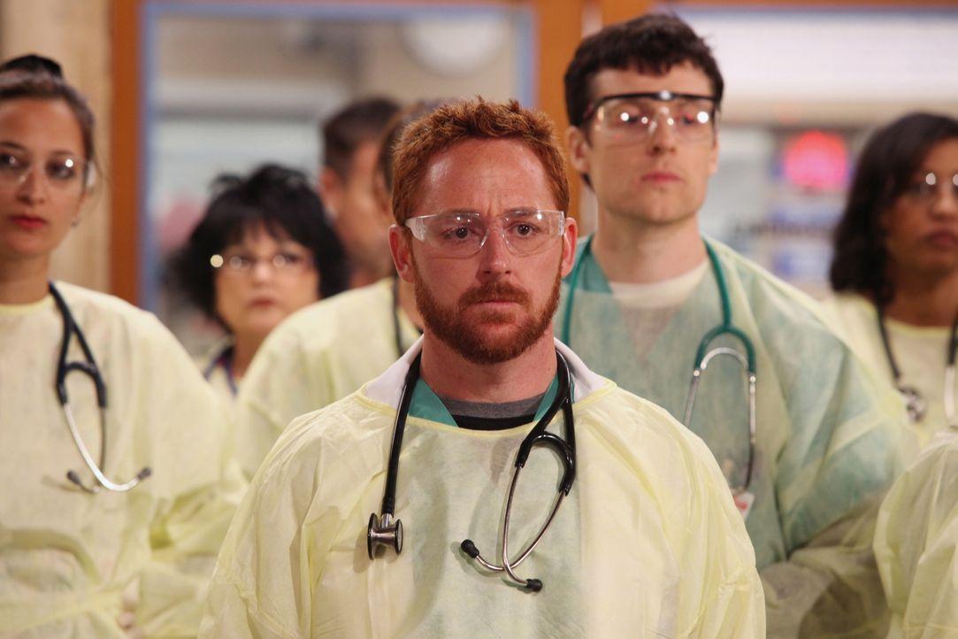 Archie (Scott Grimes, M.) macht sich bereit für einen Großeinsatz, denn in einer U-Bahn ist eine Gasleitung explodiert ... - Bildquelle: Warner Bros. Television
