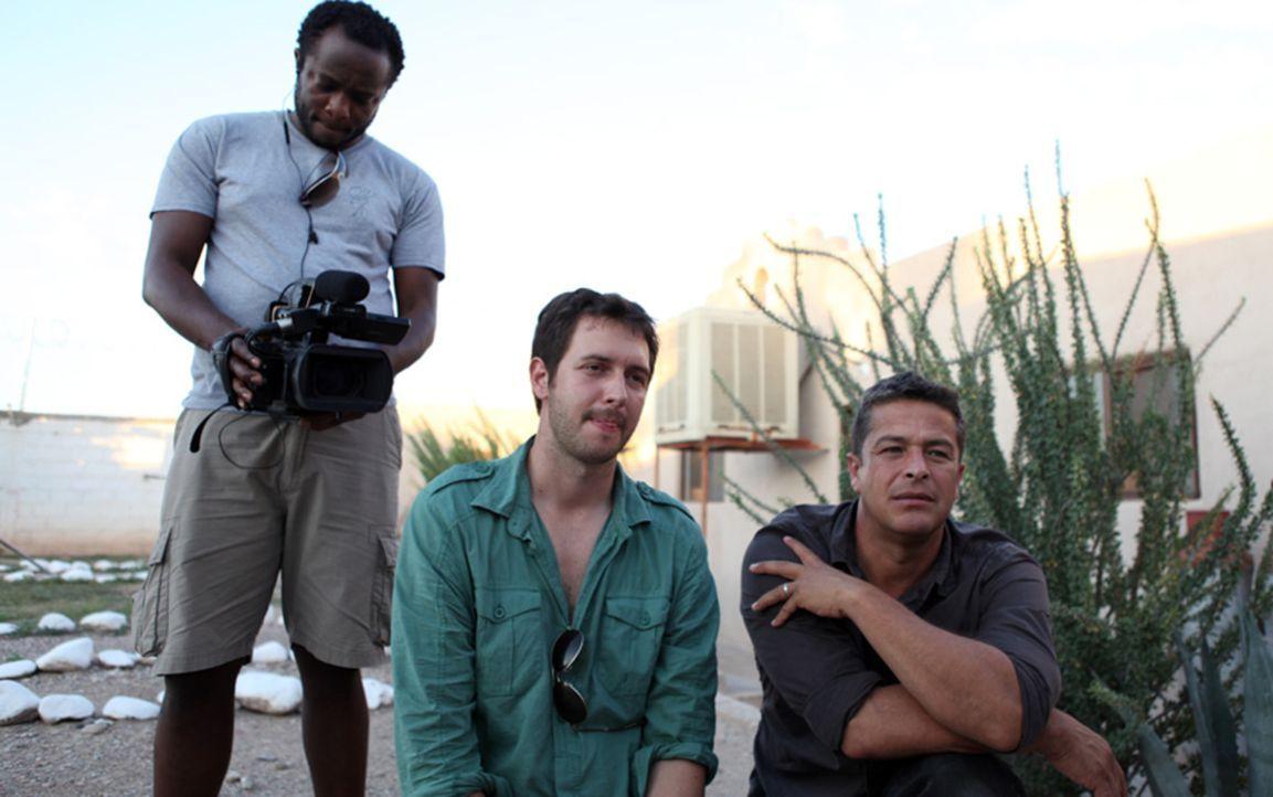Die Reporter Christof Putzel (l.) und Mariana van Zeller reisen nach Uganda um herauszufinden, wie sehr missionierende religiöse Gruppen aus den USA... - Bildquelle: CURRENT TV, LLC   MMX