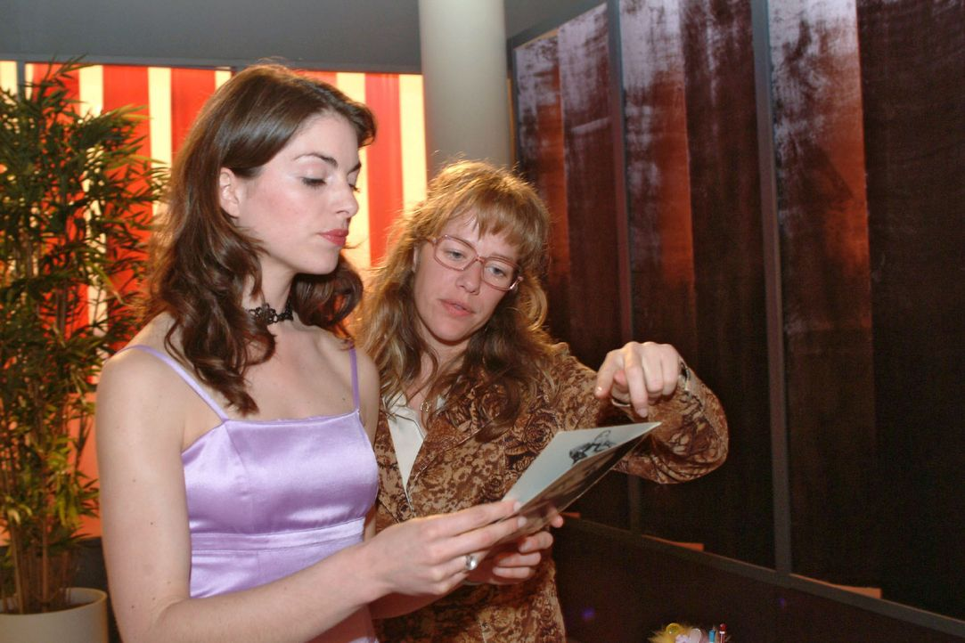 Mariella (Bianca Hein, l.) und Lisa (Alexandra Neldel, r.) fachsimpeln über Models für das nächste Shooting. (Dieses Foto von Alexandra Neldel da... - Bildquelle: Sat.1