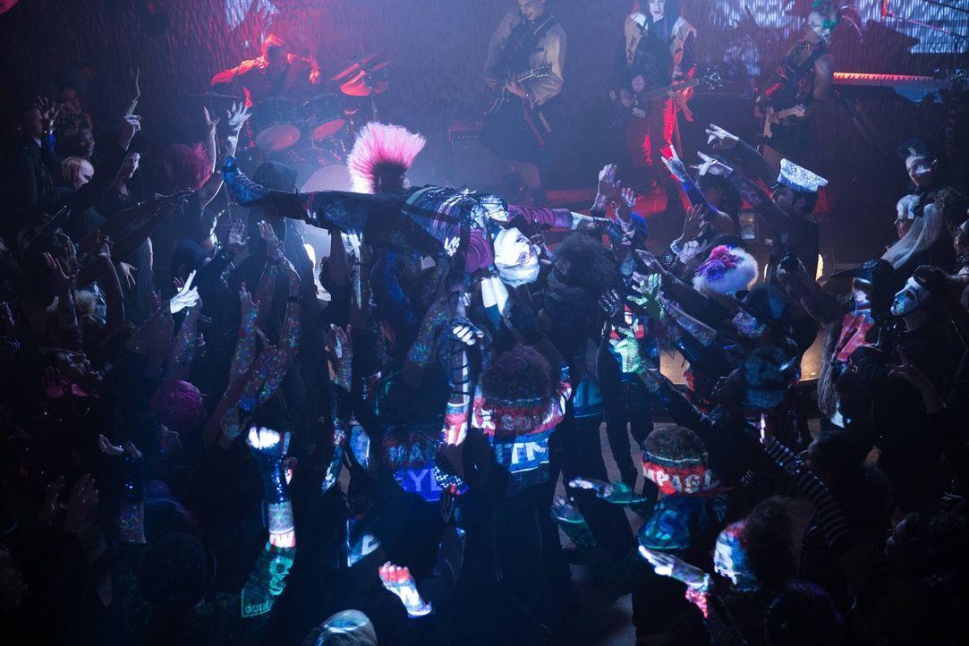 Lässt sich von ihren Fans feiern: Jeri (Lori Petty, oben) - Bildquelle: Warner Brothers