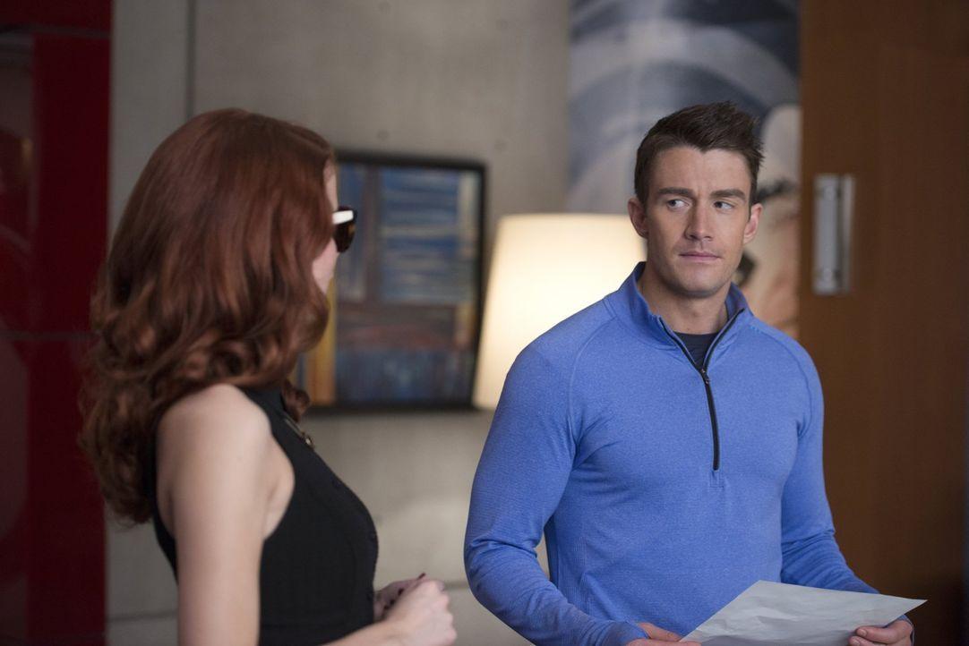 Major (Robert Buckley, r.) stellt Du Clark wegen Rita (Leanne Lapp, l.) zur Rede - mit unerwartetem Ausgang ... - Bildquelle: 2014 Warner Brothers