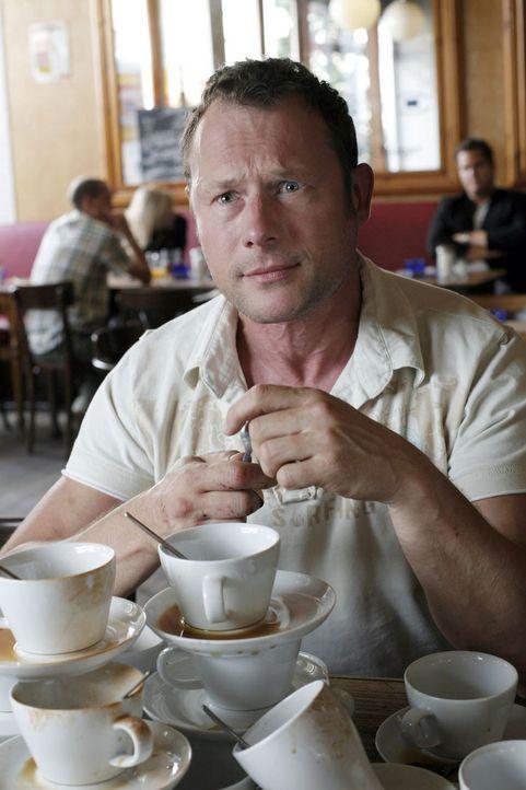 """Er (Hanno Friedrich) denkt sich: """"Lad sie doch einfach auf ´nen Kaffee ein!"""" Doch das ist leider oft leichter gesagt als getan! - Bildquelle: Sat.1"""