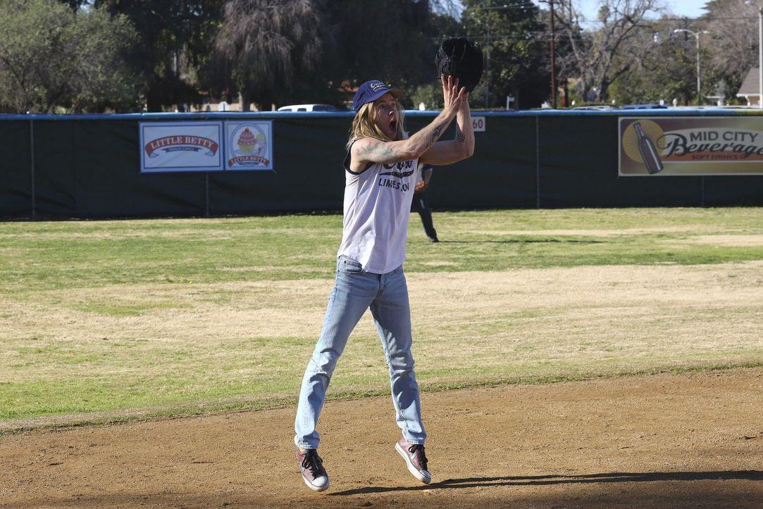 Kann ein neuer Coach Chuck (Greg Cipes) und dem Team wirklich helfen, erfolgreicher zu spielen? - Bildquelle: Warner Bros.
