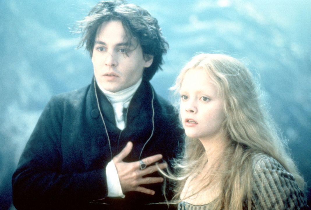 Ichabod Crane (Johnny Depp, l.) und Katrina (Christina Ricci, r.) müssen gar Schreckliches mitansehen ... - Bildquelle: Constantin Film