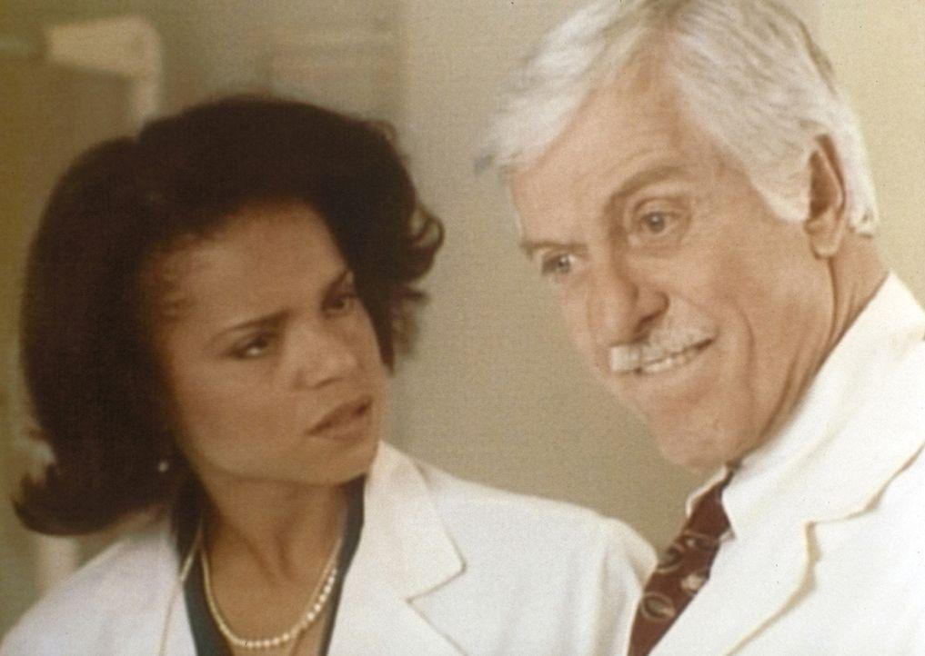 Amanda (Victoria Rowell, l.) und Dr. Mark Sloan (Dick Van Dyke, r.) machen sich ernsthafte Gedanken über die Existenz von Vampiren. - Bildquelle: Viacom