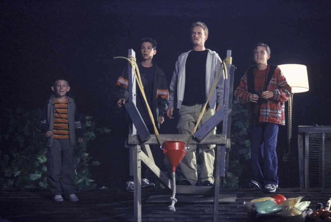 (v.l.n.r) Dewey (Erik Per Sullivan), Reese (Justin Berfield), Francis (Christopher Masterson) und Malcolm (Frankie Muniz) sind gespannt, ob ihr Gesc... - Bildquelle: TM +   2000 Twentieth Century Fox Film Corporation. All Rights Reserved.