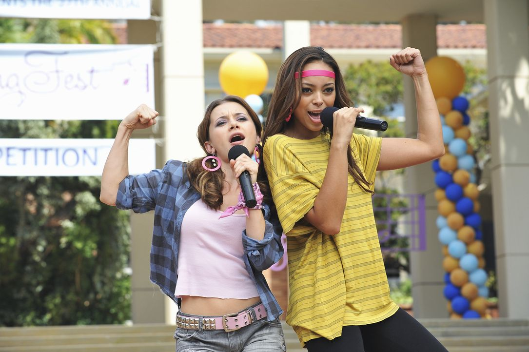 Abby (Olesya Rulin, l.) und Ashleigh (Amber Stevens, r.) sorgen für gute Stimmung während des Song Festes, das die Zeta Beta Zetas veranstalten. - Bildquelle: 2010 Disney Enterprises, Inc. All rights reserved.