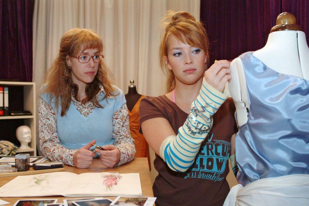 Verbündete: Hannah (Laura Osswald, r.) vertraut Lisa (Alexandra Neldel, l.) an, dass sie unter Liebeskummer leidet. Die rät ihr, für ihr Glück z... - Bildquelle: Sat.1