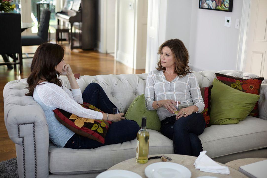 Alex (Erica Durance, l.) und Dana (Wendy Crewson, r.) sprechen über Gott und die Welt ... - Bildquelle: 2012  Hope Zee One Inc.