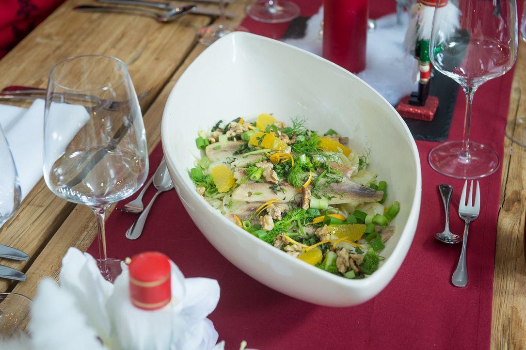 Wer noch keine Idee für das Festessen hat, kann sich von Frank Rosins Vorspeise, einem Fenchel-Orangen-Salat mit warmer Räucherforelle, inspirieren... - Bildquelle: Claudius Pflug SAT.1
