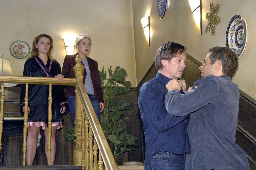 Vor Katjas (Karolina Lodyga, l.) und Annas (Jeanette Biedermann, 2.v.l.) Augen kommt es zwischen Armin (Rainer Will, 2.v.r.) und Jannick (Mike Adler... - Bildquelle: Claudius Pflug Sat.1