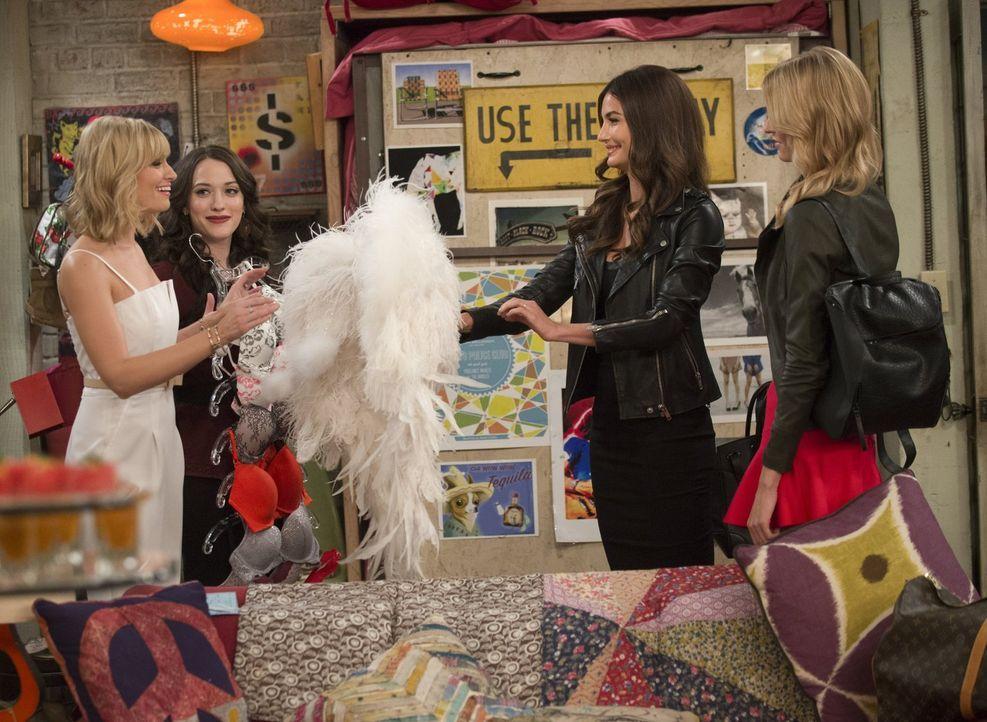 Als Caroline (Beth Behrs, l.) und Max (Beth Behrs, 2.v.l.) ihre Wohnung an eine Gruppe Models vermieten, ahnen sie noch nicht, dass Lily Aldridge (L... - Bildquelle: Warner Bros. Television