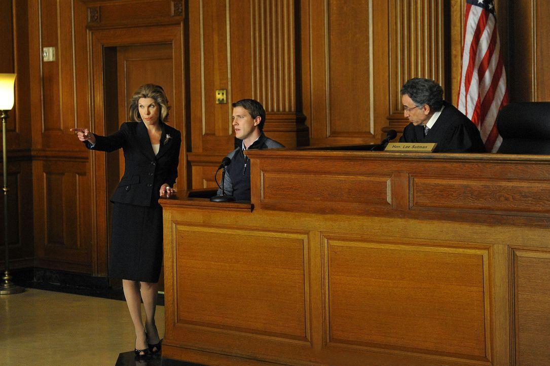 Während einer Gerichtsverhandlung, in der Diane (Christine Baranski, l.) das Medikamentenopfer Ray (Patrick Heusinger, M.) vertritt, macht Alicia,... - Bildquelle: CBS Studios Inc. All Rights Reserved.