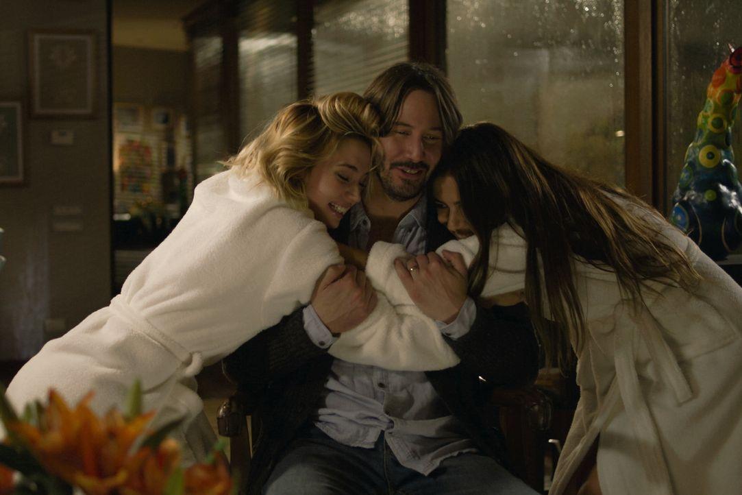 Noch glaubt Evan (Keanu Reeves, M.), eine gute Tat getan zu haben, als er die beiden Mädchen Bell (Ana de Armas, l.) und Genesis (Lorenza Izzo, r.)... - Bildquelle: SquareOne / Universum