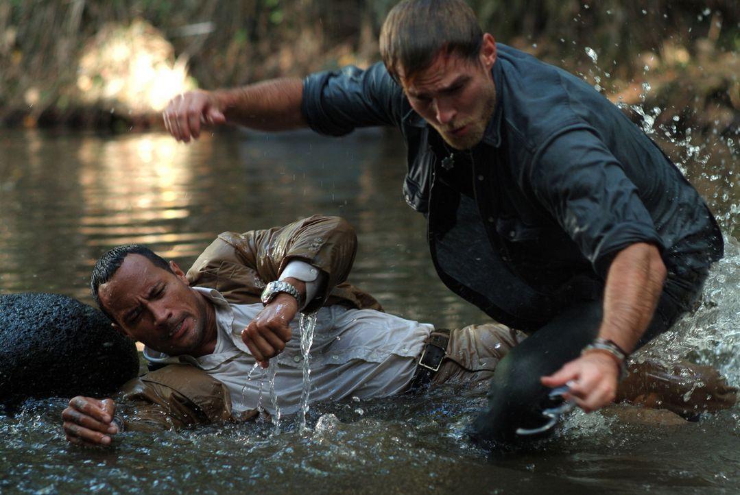 Beck (Dwayne Johnson, l.) und Travis (Seann William Scott, r.) stehen zwischen den Fronten in einem erbitterten Kampf zwischen einer Rebellentruppe... - Bildquelle: 2004 Sony Pictures Television International. All Rights Reserved.