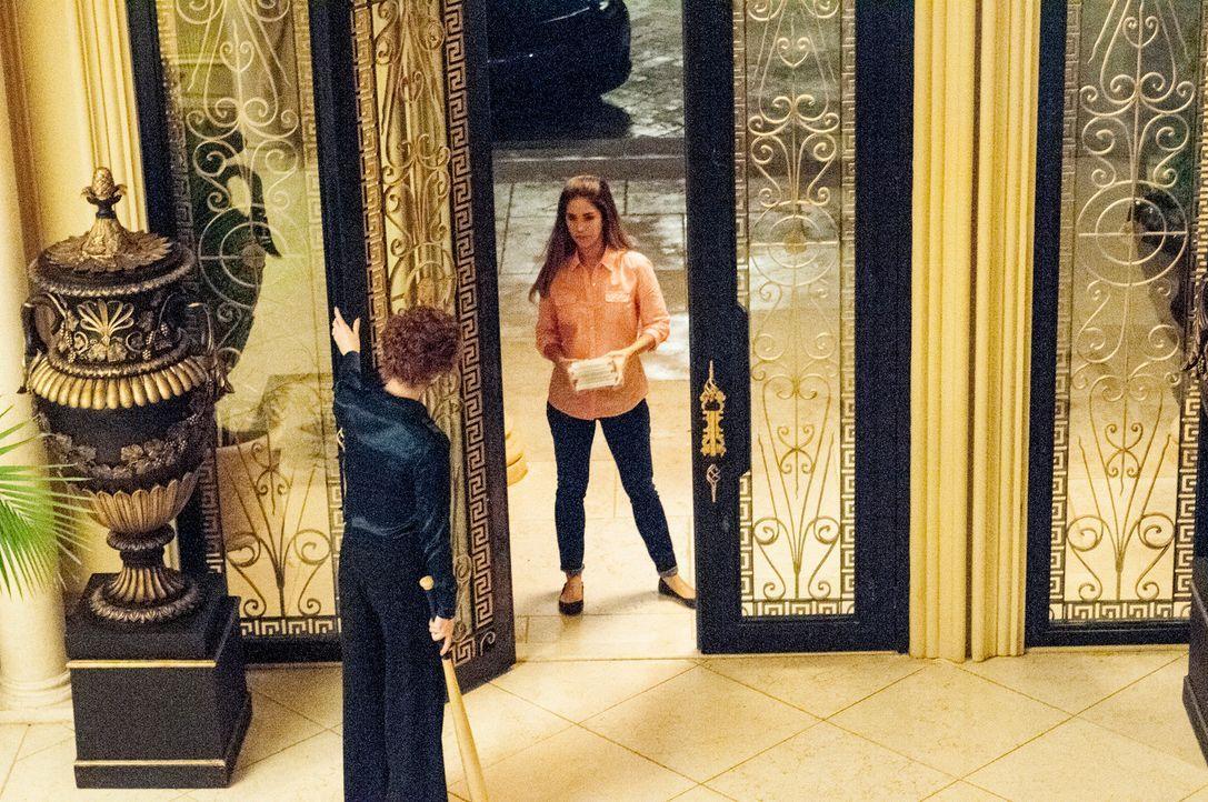 Während Marisol (Ana Ortiz, r.) bei Evelyn (Rebecca Wisocky, l.) und Adrian Powell eine erstaunliche Entdeckung macht, steht Zoilas Job auf dem Spie... - Bildquelle: ABC Studios