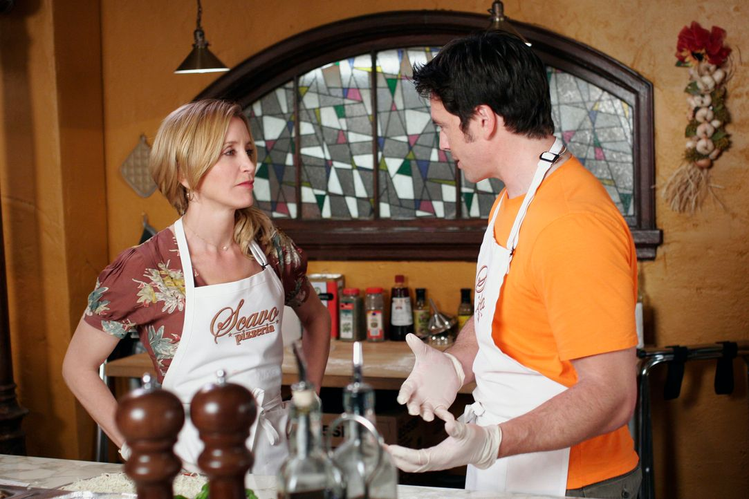 Lynette (Felicity Huffman, l.) verbringt viel Zeit mit Rick (Jason Gedrick, r.) in der Pizzeria. Wegen ihm lässt sie sogar Tom mit den Kindern allei... - Bildquelle: 2005 Touchstone Television  All Rights Reserved