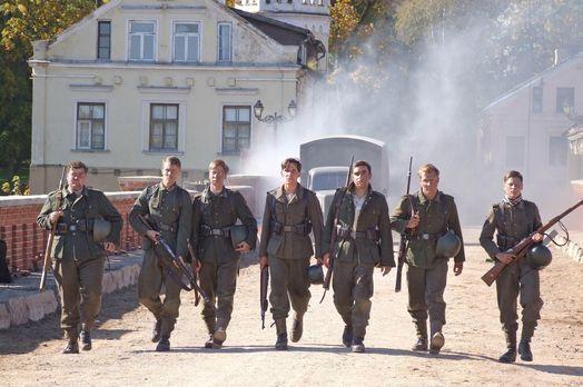 Die Brücke - Himmelfahrtskommando: Sieben blutjunge Schüler erhalten den mili...