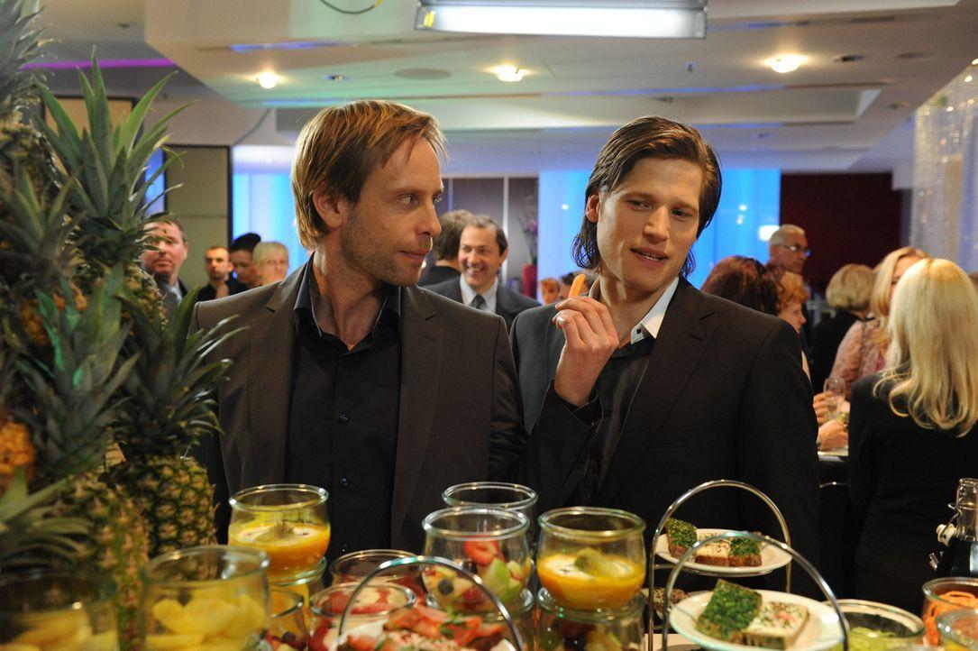 Essen ist nicht unbedingt ihr Ding: Fitnesstrainer Nick Feltus (Sebastian Ströbel, r.) und sein Kompagnon Denis (Julian Weigend, l.) ... - Bildquelle: Oliver Roth SAT.1