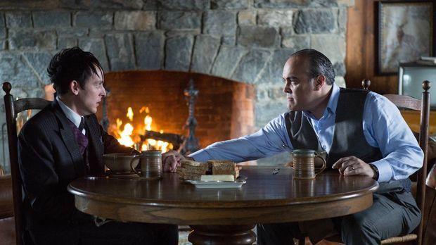 Während Gordon und Bullock einen Mörder jagen, stellt Maroni (David Zayas, r....