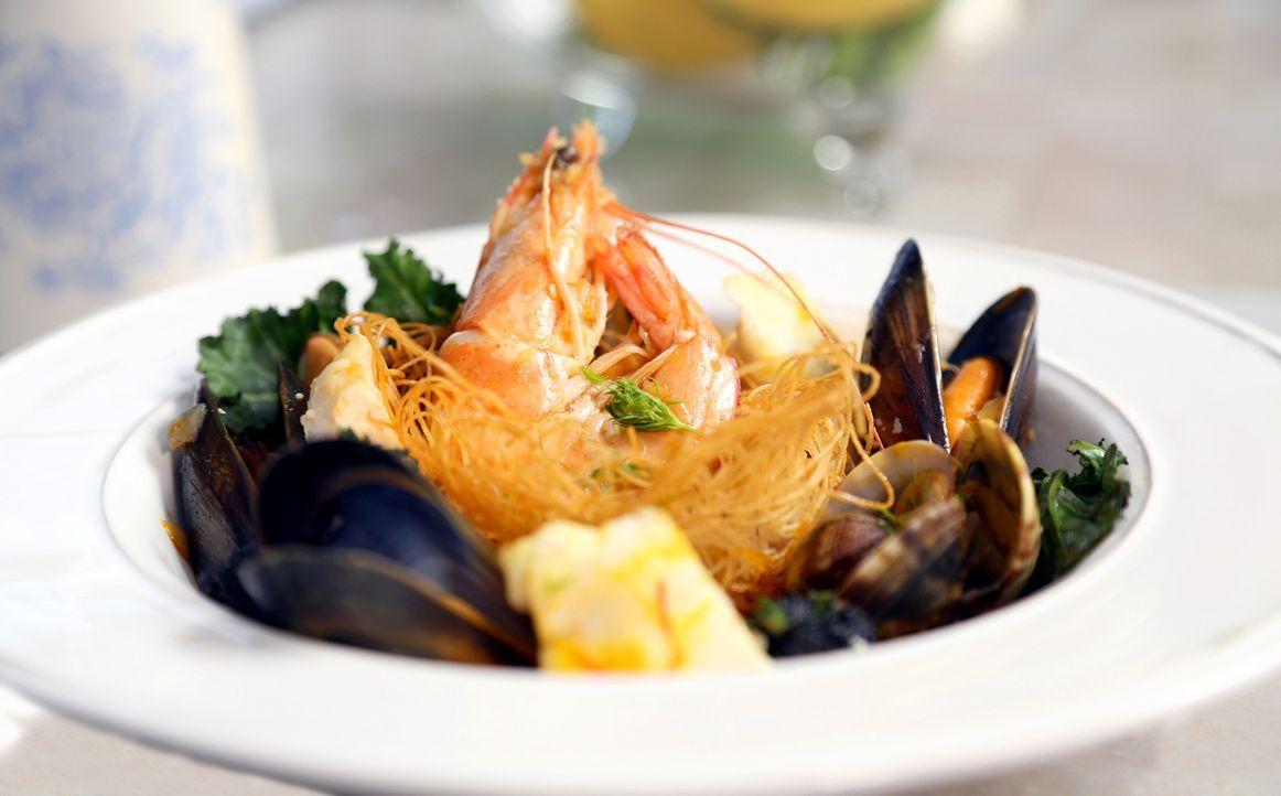 Mit spanischem Einfluss: Rachel Khoo zaubert leckere Nester mit Meeresfrüchte-Paella ... - Bildquelle: Richard Hall BBC 2014