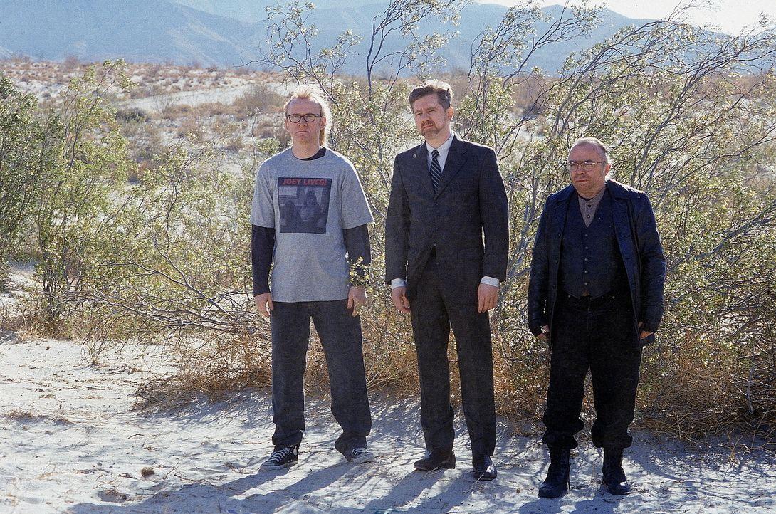 (v.l.n.r.) Die Einsamen Schützen Langly (Dean Haglund), Byers (Bruce Harwood) und Frohike (Tom Braidwood) versuchen, Mulder zu warnen. - Bildquelle: TM +   Twentieth Century Fox Film Corporation. All Rights Reserved.