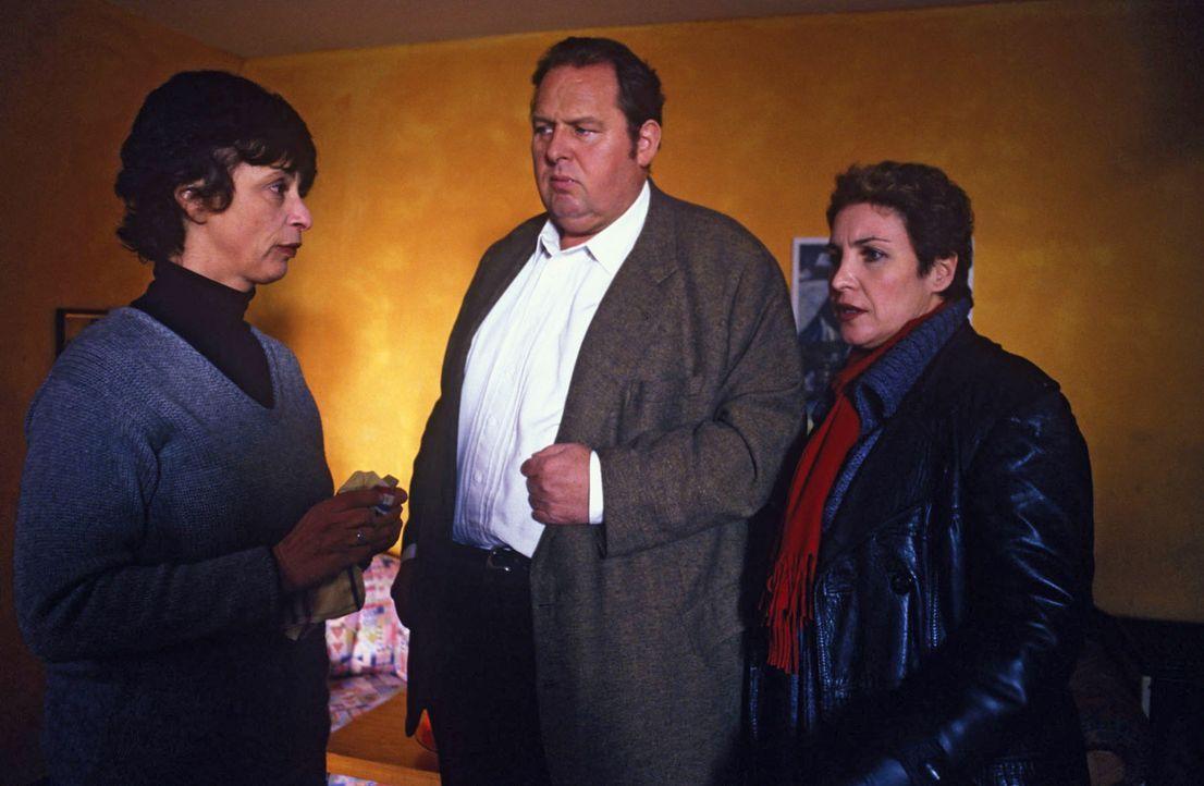 Martina Mitteregger (Conny Glogger, l.) hat gegenüber Benno (Ottfried Fischer, M.) und Sabrina (Katerina Jacob, r.) verschwiegen, dass sie bereits m... - Bildquelle: Magdalena Mate Sat.1