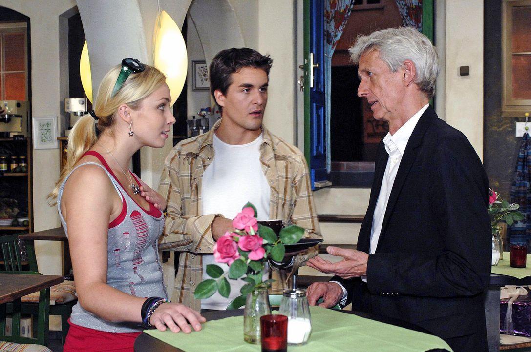 Nancy (Jil Funke, l.) und Lars (Alexander Klaws, M.) sind gleichermaßen betroffen, als Robert (Mathieu Carrière, r.) ihr berichtet, dass ihre Eltern... - Bildquelle: Oliver Ziebe Sat.1