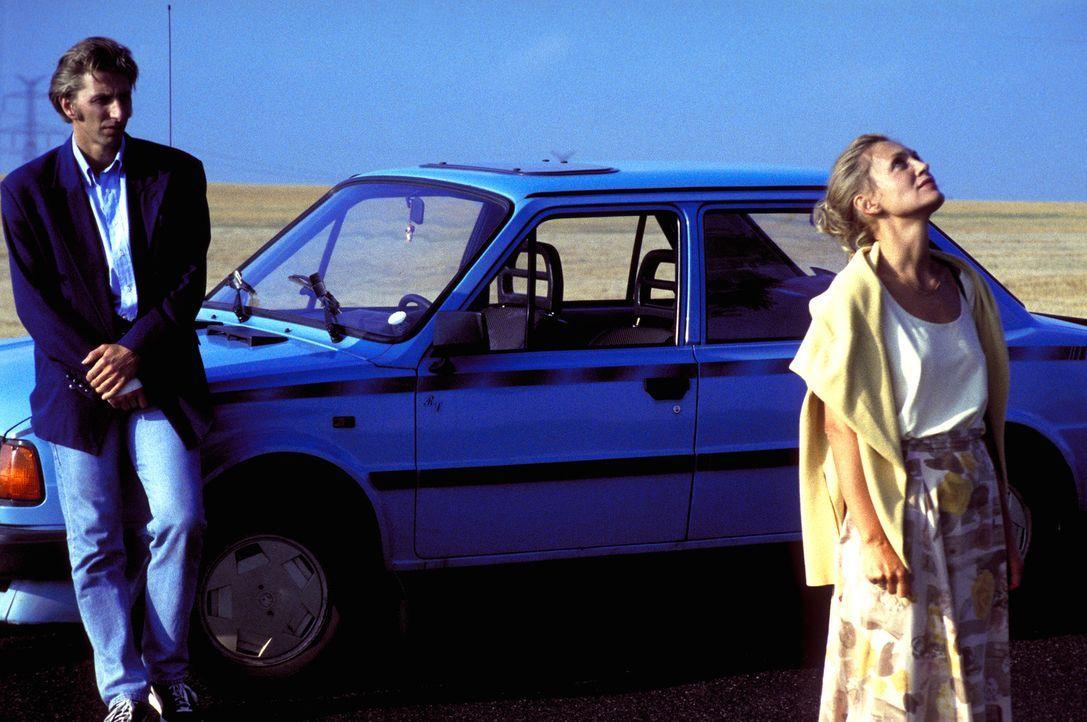 Niemand glaubt Marie (Constanze Engelbrecht, r.), dass sie einen Mord beobachtet hat. Nur Peter (Rufus Beck, l.) fertigt sie nicht als verrückte Hys... - Bildquelle: Magdalena Mate ProSieben