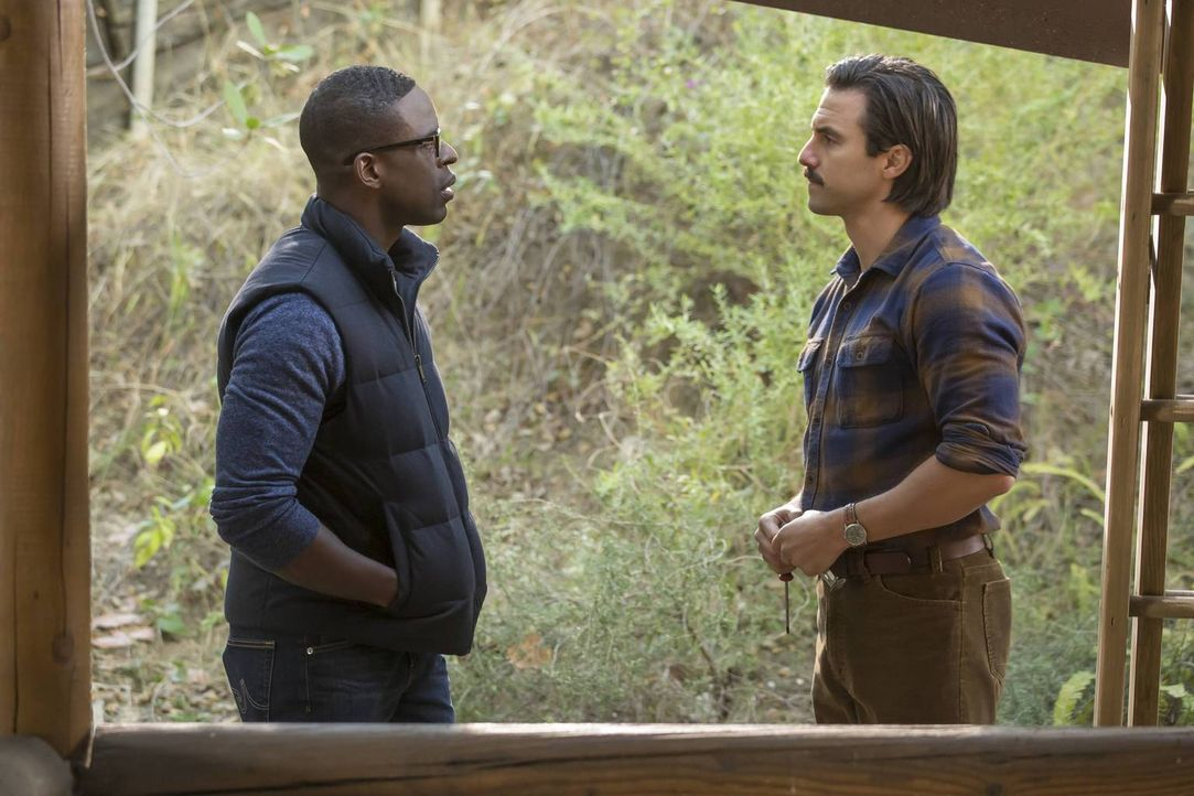 Kate, Kevin und Randall (Sterling K. Brown, l.) flüchten ins Ferienhaus ihrer Familie, um den chaotischen Thanksgiving-Folgen zu entkommen. Während... - Bildquelle: Ron Batzdorff 2016-2017 Twentieth Century Fox Film Corporation.  All rights reserved.   2017 NBCUniversal Media, LLC.  All rights reserved.