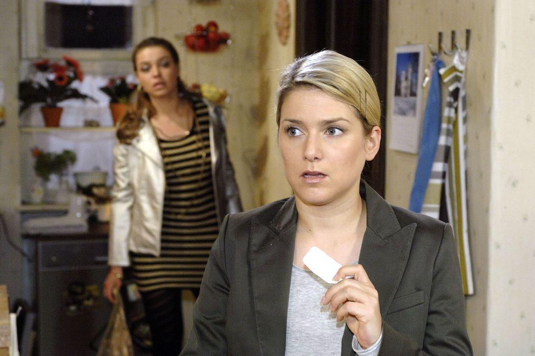 Katja (Karolina Lodyga, l.) beobachtet, wie Anna (Jeanette Biedermann, r.) zu den Tabletten greift. - Bildquelle: Oliver Ziebe Sat.1