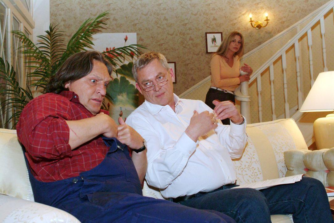 In Bernd (Volker Herold, l.) hat Friedrich (Wilhelm Manske, M.) einen sehr aufmerksamen Zuhörer gefunden, dem er detailgenau seine Leiden beschreibe... - Bildquelle: Monika Schürle Sat.1
