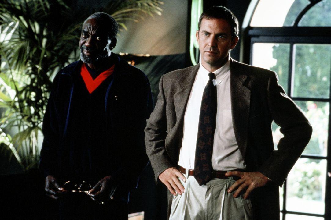 Sicherheitschef Devaney (Bill Cobbs, l.) und Bodyguard Frank Farmer (Kevin Costner, r.) arbeiten nach gewissen Anfangsschwierigkeiten gut zusammen ... - Bildquelle: Warner Bros.