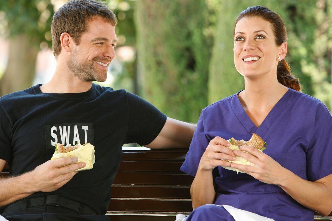 Während Violet von dem Sohn einer Patientin bedroht wird, kommen sich Addison (Kate Walsh, r.) und Kevin (David Sutcliffe, l.) wieder näher ... - Bildquelle: ABC Studios