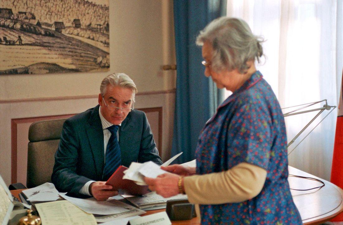 Oma Frischhut (Dorothea Walda, r.) entpuppt sich für Johannes (Christoph M. Ohrt, l.) als große Unterstützung. - Bildquelle: Hardy Spitz Sat.1