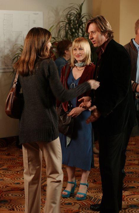 Beim abendlichen Kinobesuch begegnet Joe (Jake Weber, r.) seiner ehemaligen Studienkollegin Karen (Perrey Reeves, l.). Bei Allison (Patricia Arquett... - Bildquelle: Paramount Network Television