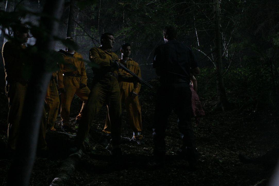 Mitten in der Nacht wird der Gefangenentransport mit den sechs Häftlingen und den zwei Wachen überfallen. Die Männer treten die Flucht in die Wälder... - Bildquelle: Constantin Film Verleih GmbH.