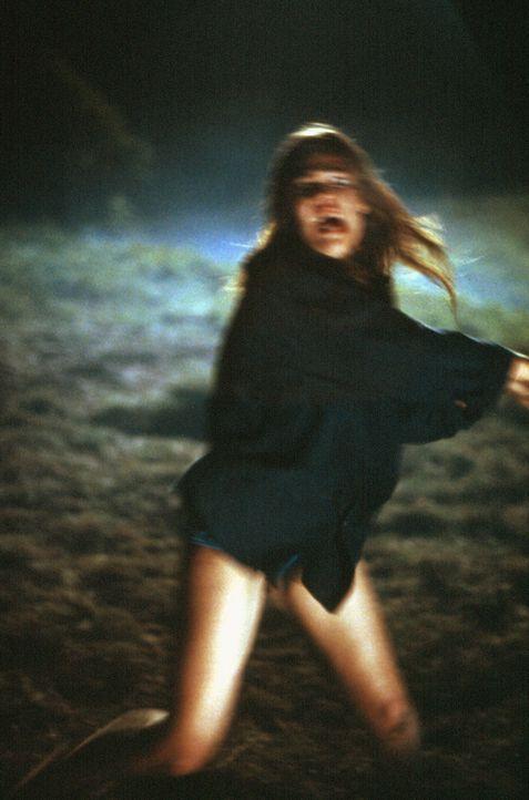 Während Daniel ein paar Besorgungen macht, wird Jessica (Elizabeth Lackey) von einem Mann angegriffen ... - Bildquelle: Sony Pictures Television International. All Rights Reserved.