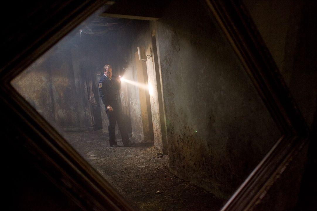 Seine schlimmsten Befürchtungen bewahrheiten sich: Ben (Kiefer Sutherland) ahnt, dass sich hinter den Spiegeln etwas richtig Böses verbirgt ... - Bildquelle: 2007 Regency Enterprises, New Regency Pictures